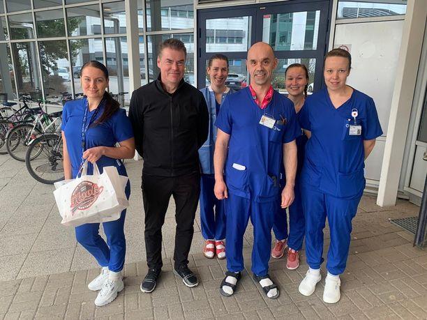 Raimo Helmisen viemät paketit otettiin ilolla vastaan Tampereen yliopistollisessa sairaalassa.