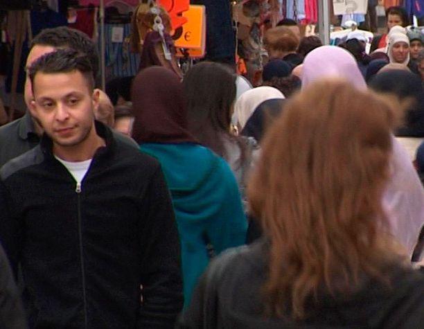 Salah Abdeslam ennen iskuja katuvilinässä.