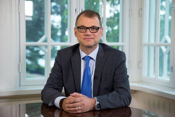 Juha Sipilä aloittamassa Suomen kansalle suuntaamaansa puhetta pääministerin virka-asunnolla Kesärannassa viime viikolla.
