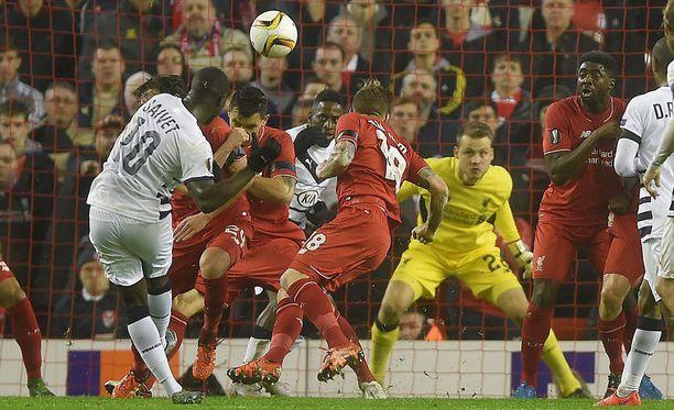 Liverpoolin maalivahti Simone Mignolet näkee, miten Bordeaux'n Henri Saivet ampuu vapaapotkun yläkulmaan.