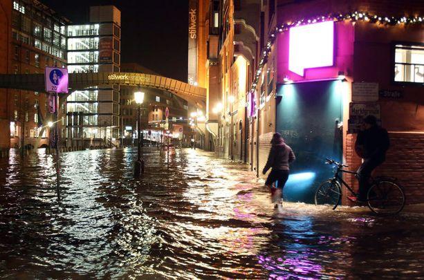 Myrsky nosti tulvan Hampurin kaduille.