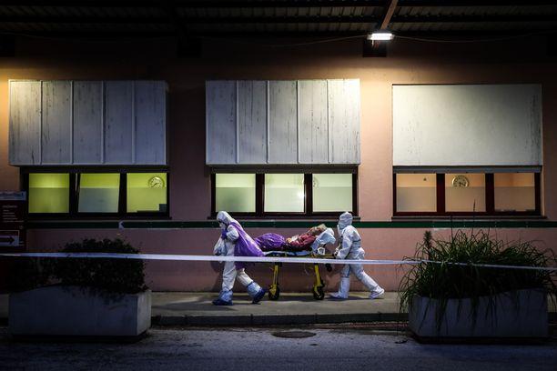 Portugalin koronatilanne on synkentynyt selvästi viikon takaisesta. Ensihoitajat siirsivät koronapotilaita sairaalasta toiseen keskiviikkona Lissabonissa.
