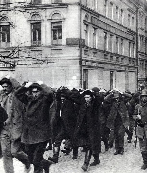 Vuoden 1918 sisällissota oli raakaa. Kuvan punavangit ovat miehiä, mutta Lahdessa Hennalan leirille joutui miesten lisäksi myös naisia ja lapsia.