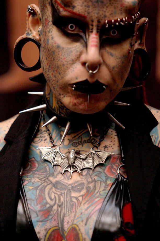 Mary Jose Christinan lempinimi on The Vampire Woman. Hänellä on ihonalaisia implantteja, lävistyksiä ja lukuisia tatuointeja.