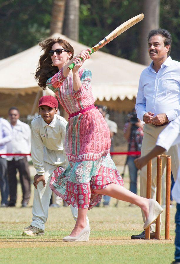 Krikettikentälle herttuatar oli pukeutunut värikkääseen maksimekkoon.