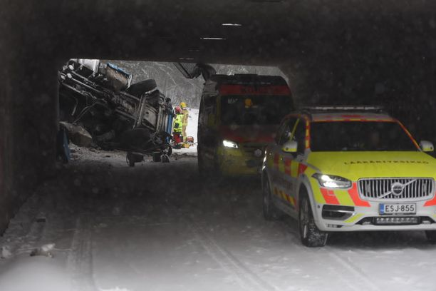 Itä-Uudenmaan poliisi kertoi tiistaina päivällä, että rekka suistui osittain sillalta alas ja loppuosa siitä on päätynyt Hämeenlinnanväylälle poikittain.