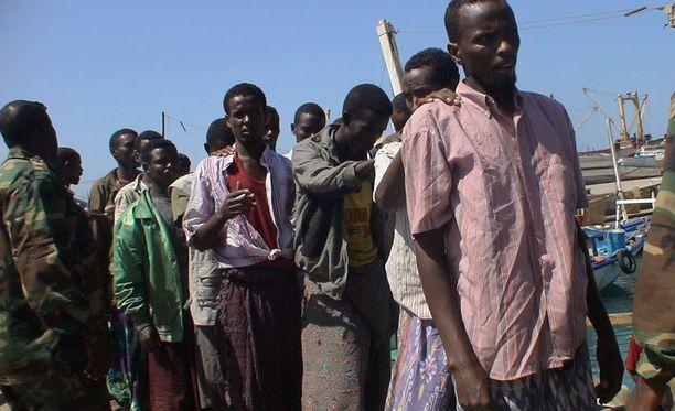 Merirosvouksesta pidätettyjä luovutettiin paikallisille viranomaisille Somalian Bossasossa marraskuussa 2009.
