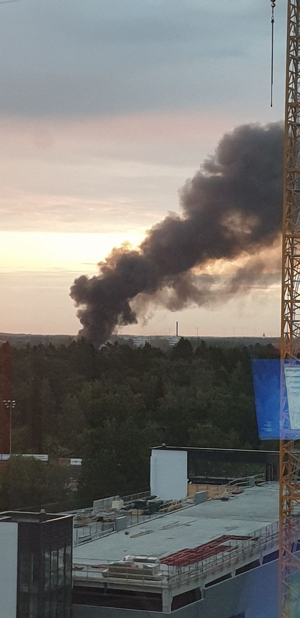 Tumma savupatsas halkoi taivasta Vaasassa aamuyöllä. Vanhat hevostallit tuhoutuivat täysin.