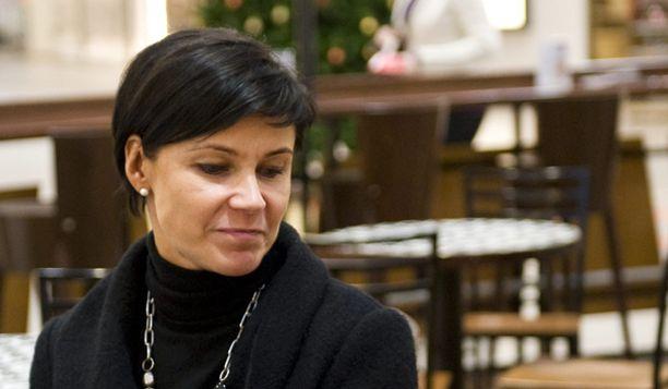 Marja Tiura pysyy Apu-lehden kertomuksessaan.