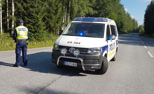 Poliisi eristi turmapaikan onnettomuuden jälkeen.