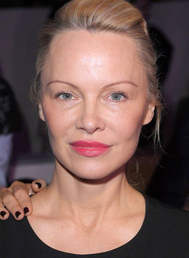 Pamela Anderson maanantaina muotinäytöksessä.