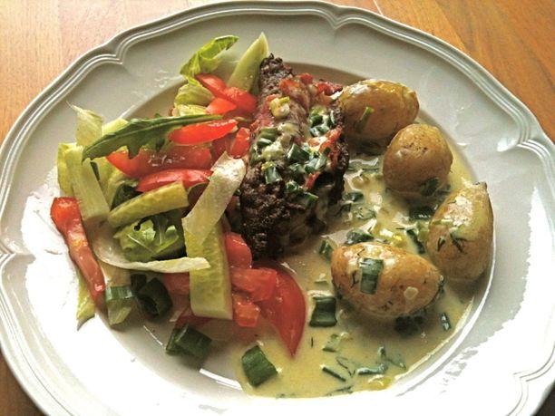 Jauhelihakääryleet voi tarjoilla esimerkiksi perunoiden, salaatin ja kastikkeen kera.
