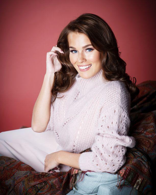 Sara Sieppi kruunattiin Miss Suomeksi vuonna 2011. Keväällä 2019 hän oli mukana Suomen Selviytyjissä.