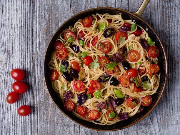 Pasta Puttanesca on yksinkertainen, mutta supermaukas pastaruoka.