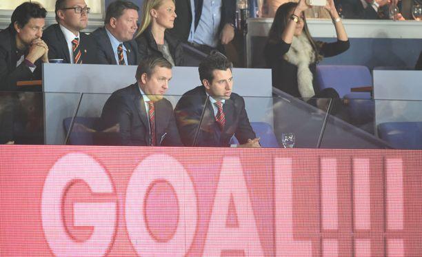Myös suomalaisen jalkapallon kuningas (vasen yläkulma) oli saapunut paikalle.
