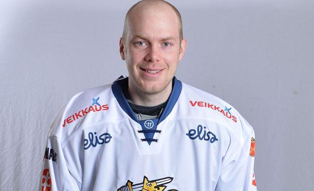 Mikko Koskinen torjuu Leijonien maalilla Valko-Venäjää vastaan.