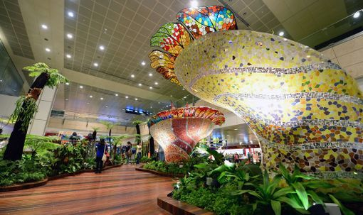 Singaporen lentokentälle on rakennettu puutarha sisätiloihin.