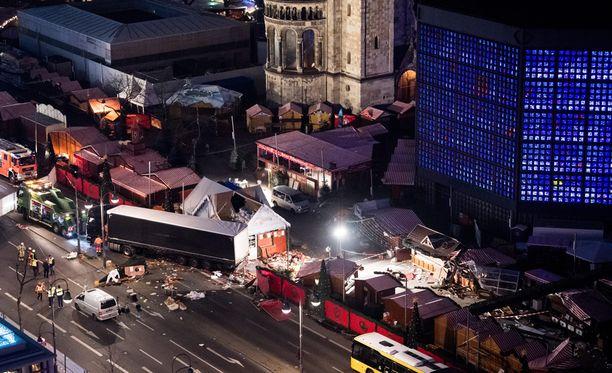 Rekka ajoi väkijoukkoon joulutorilla Berliinissä maanantaina 19. joulukuuta.