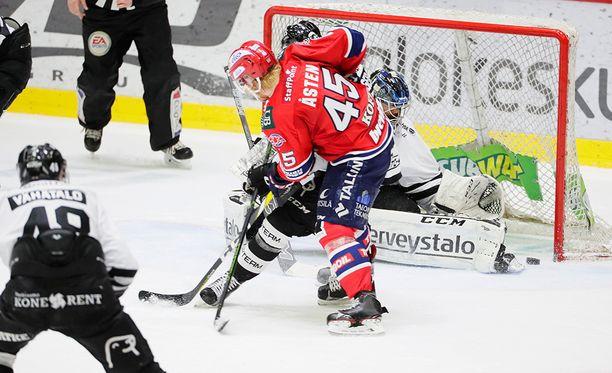 Sinne liruu! Micke Åsten on saanut mailansa vapaaksi ja ohjannut kiekon TPS-maalin alakulmaan: 3-1 IFK:lle.