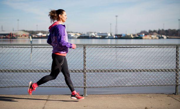 Elina Miettunen aloitti hölkkäharrastuksen pudottaakseen raskauskilot. Nykyisin hän harjoittelee kolme kertaa viikossa ja on juossut jo pari maratoniakin.