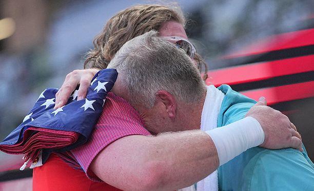 Ryan Crouser halasi Steven-isäänsä olympiavoiton varmistuttua.