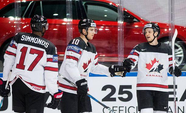 Brayden Schenn (keskellä) iski Kanadan avausmaalin.