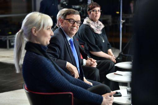 Presidenttiehdokkaat ottivat yhteen maanantaina Iltalehden tentissä. Etualalla Laura Huhtasaari, sitten Paavo Väyrynen, Nils Torvalds ja Merja Kyllönen.
