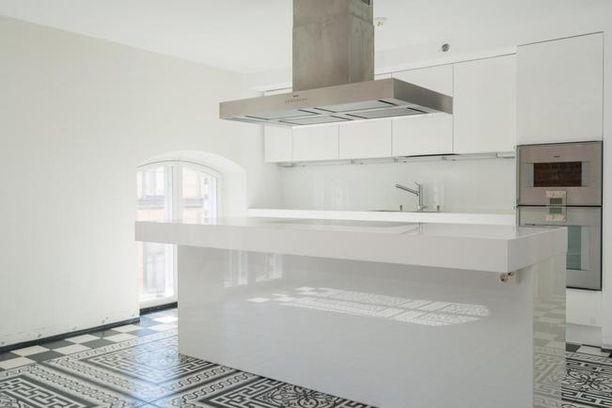 Jari Sillanpään keittiö on kiiltävän valkoinen.