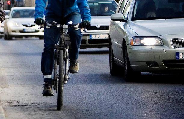 Autolla ajavien mielestä pyöräilijät ajavat holtittomasti, kun taas pyörän päälle hypänneet syyttävät autolla ajavia.