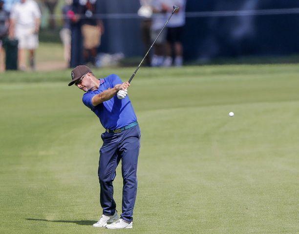 Kuvassa Korhonen neljännellä väylällä golfin PGA Championship -kisassa torstaina Missourin Saint Louisissa.