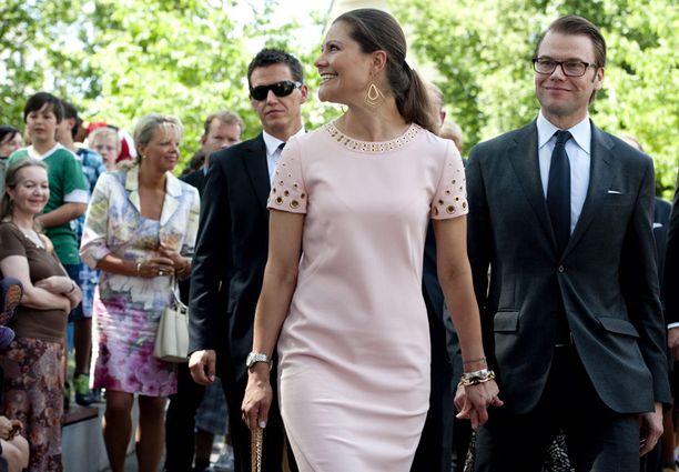 Heti tiistaina kruununprinsessa Victoria kohahdutti tyköistuvasta tyylistä poikkeavalla hennonpunaisella kotelomekolla. Tuoreen rouvan vatsanseutua on seurattu suurella mielenkiinnolla viime kesäisistä häistä lähtien.
