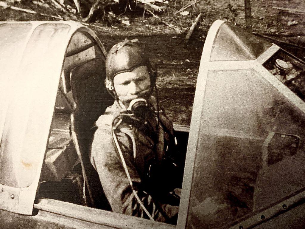 Luutnantti Uolevi Alvesalo Brewster-koneen ohjaamossa Karjalassa vuonna 1942.