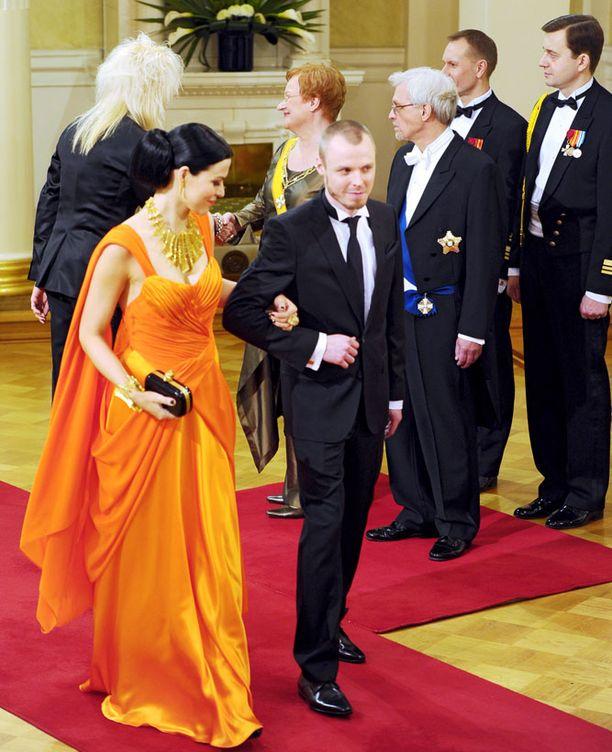 Myös Jenni Vartiainen teki taktiikkaratkaisun: miesystävä Jukka Immonen esiteltiin presidentille ja tv-katsojille, mutta valokuvaajille pariskunta ei poseerannut.