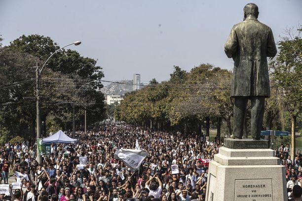 Mielenosoittajien joukko pyrki museon alueelle maanantaina. Osa sai vastaansa mellakkapoliisit ja kyynelkaasua.