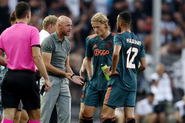 Ajax-valmentaja Erik ten Hag antoi Thessalonikissa pelatussa avausottelussa ohjeita Kasper Dolbergille ja Noussair Mazraouille.