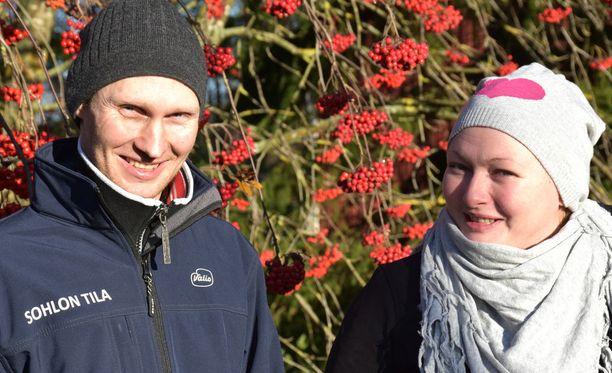 Tuomas ja Jaana Sohlo pitävät lypsykarjatilaa Limingassa.