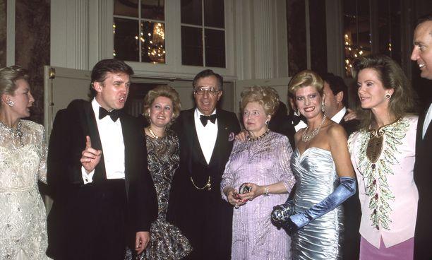 Donald Trump sisariensa Maryanne Trump Barryn ja Elizabeth Trumpin kanssa. Kuvassa myös Donaldin silloinen vaimo Ivana sekä veli Robert Trump.