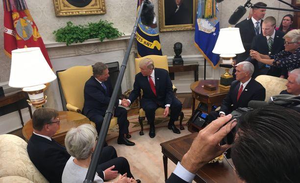 Niinistö ja Trump kättelivät Oval Officessa median edessä.