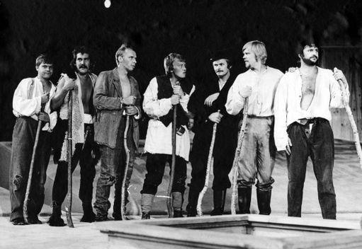 Ikimuistoinen ja menestynyt Seitsemän veljestä -näytelmä nähtiin Turun kaupunginteatterissa 70-luvulla.