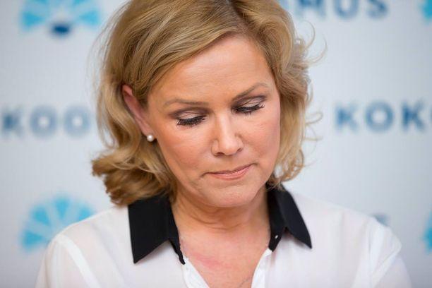 Eija-Riitta Korhola loukkasi kätensä ja jalkansa lauantaina puoluekokouksessa Lappeerannassa.