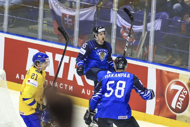 Sakari Manninen tuuletti 5–4-jatkoaikamaaliaan torstaina. Puolustaja Jani Hakanpää riensi ensimmäisenä onnittelemaan.
