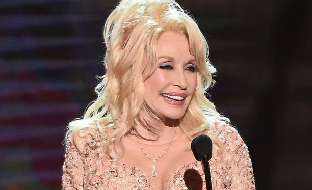 Dolly Partonin puhe sisälsi rutkasti viittauksia tämän rintavarustukseen.