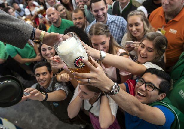 Olutta kuluu kaksiviikkoisissa juhlissa yllättävän vähän, keskimäärin yksi vierailija juo vain hieman reilun tuopillisen. Tosin tuoppi on litran vetoinen.