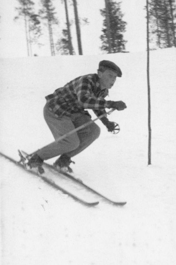 Alkuaikoina hiihtämisestä teki rankempaa se, ettei Kolille ollut hiihtohissiä. Se saatiin vasta 50-luvulla.