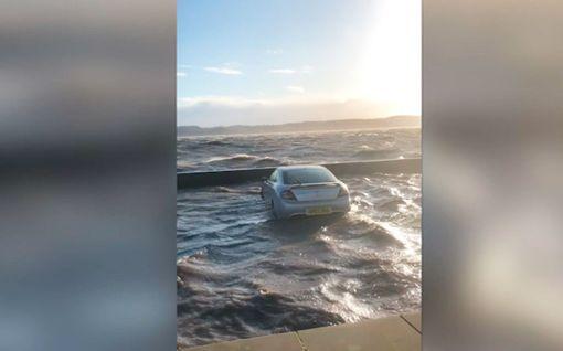 Video: Pysäköidyt autot jäivät tulvivan veden varaan Skotlannissa
