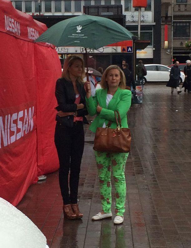 Hayley Roberts (vas.) näytti olevan kylmissään sateisella Rautatientorilla.