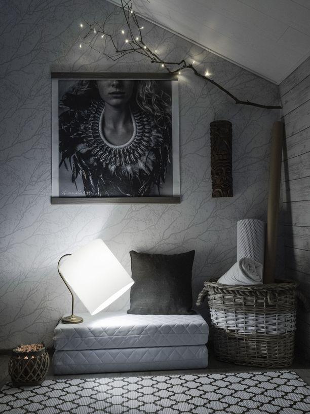 Kodista löytyy myös modernimpaa sisustusta, johon punotut korit ja luonnosta kerätyt oksat tuovat boheemia otetta.