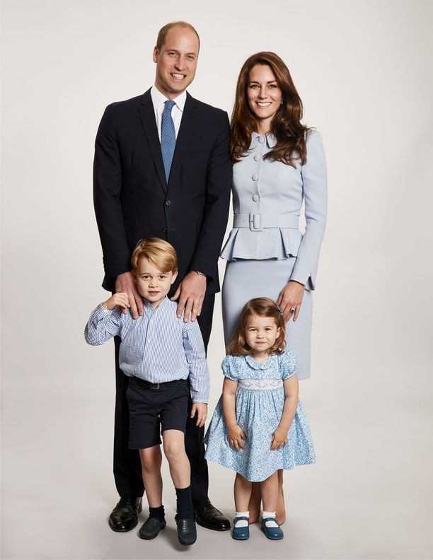 Prinssi William, herttuatar Catherine, prinssi George ja prinsessa Charlotte edustavat brittihovin joulutervehdyksessä.
