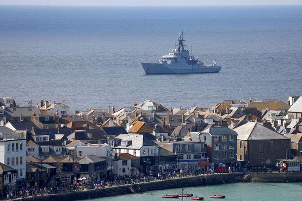 Kuninkaallisen laivaston alus partioi Carbis Bayn edustalla.