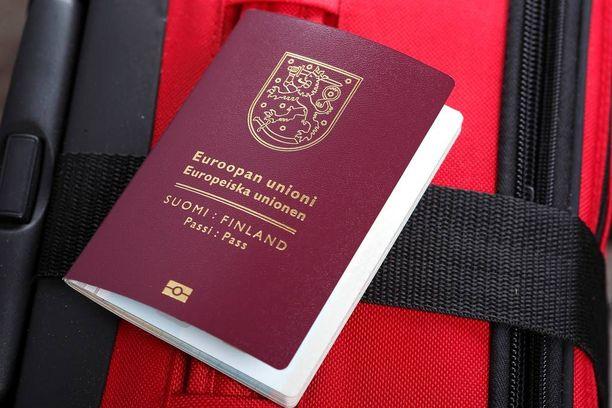 Kuvituskuva. Suomalainen vastasyntynyt vauvakin tarvitsee passin, ennen kuin voi matkustaa Virosta Suomeen.